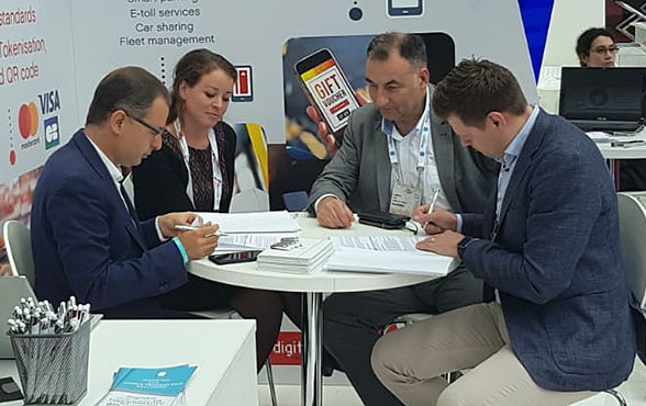 Valitor and Dejamobile representatives ink their agreement at Money20/20 Europe