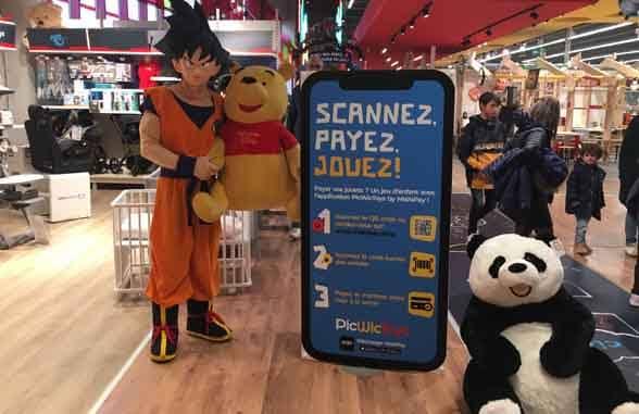 Giant smartphone with Picwictoys scannez payez jouez slogan