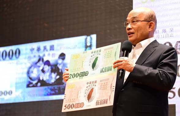 Taiwan Premier Su Tseng-chang holding up bank note