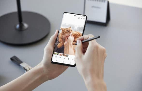 Samsung Galaxy S21 smartphone