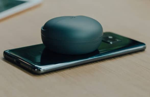 NFC phone wirelessly charging headphones
